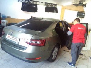 folie-auto-skoda-superb-gri